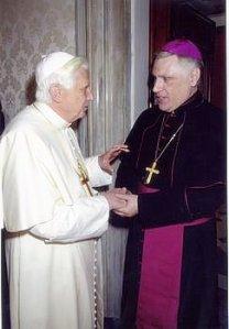 Monseñor Oscar Sarlinga junto al Papa Benedicto XVI